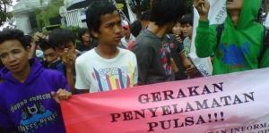Demo Gerakan Penyelamatan Pulsa di depan kantor salah satu provider telepon seluler
