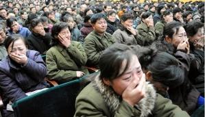 Rakyat Korea Utara menangisi pemimpin negaranya yang sudah wafat di tengah derasnya salju akhir tahun